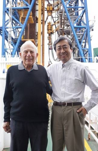 JAMSTEC President Asahiko Taira with Walter Munk on the deck of D/V Chikyu in front of the ship