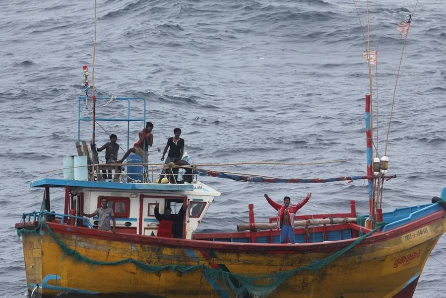 Έγκυος αλιέας της Σρι Λάνκα σηματοδοτεί τον βοηθό καταστροφέα πυραύλων Arleigh Burke που καθοδηγείται από τον κλάδο USS Decatur (DDG 73). Η Decatur αναπτύσσεται προς τα εμπρός στην περιοχή των 7ο Στόλου των ΗΠΑ για την υποστήριξη της ασφάλειας και της σταθερότητας στην περιοχή Ινδο-Ειρηνικού. (Φωτογραφία του Ναυτικού των ΗΠΑ)