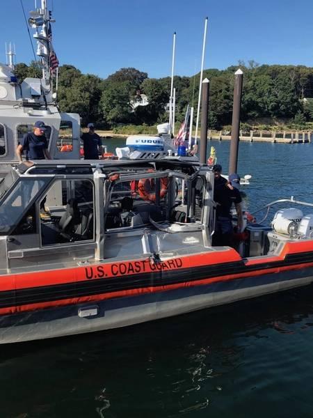 Ένα κατεστραμμένο σκάφος απόκρισης 29 ποδιών μικρό από την ομάδα θαλάσσιας ασφάλειας και ασφάλειας του Cape Cod που βρίσκεται στον σταθμό του αεροδρομίου Cape Cod την Τετάρτη 5 Σεπτεμβρίου 2018. (φωτογραφία της ακτοφυλακής των ΗΠΑ)