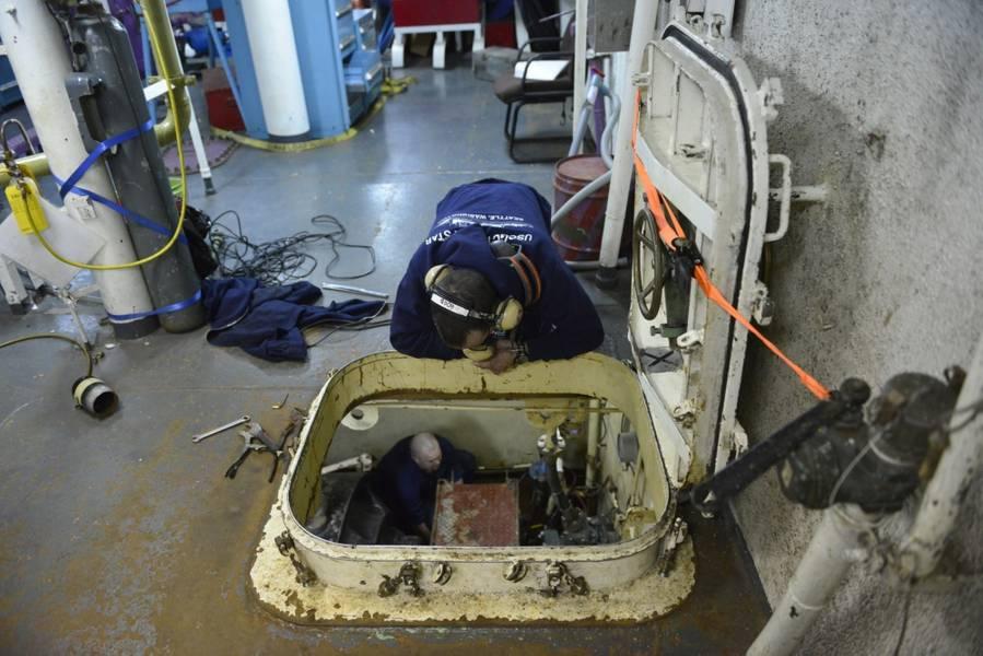 Μηχανικοί στο σκάφος της ακτοφυλακής Cutter Polar Star αντικαθιστούν μια σφραγίδα άξονα, ενώ στη Θάλασσα του Ross κοντά στην Ανταρκτική (US Coast Guard φωτογραφία από τον Nick Ameen)