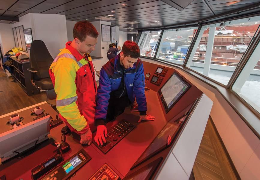 Η πραγματική υποστήριξη του κόσμου στη γέφυρα ενός από τα πιο εξελιγμένα καλωδιακά στρώματα του κόσμου απαιτεί ακόμα την προσωπική επαφή από καιρό σε καιρό. Η ABB Marine Service είναι σε θέση να αξιοποιήσει τα απομακρυσμένα δεδομένα προκειμένου να προετοιμαστεί με ακρίβεια όσον αφορά τα κατάλληλα σετ δεξιοτήτων που χρειάζονται επί του σκάφους καθώς και την πρόβλεψη των απαραίτητων εξαρτημάτων και εργαλείων. Φωτογραφία: ABB