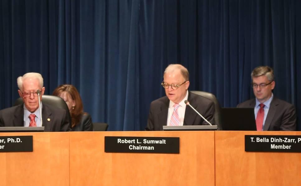 Ο πρόεδρος της NTSB, Robert L. Sumwalt, κατά τη διάρκεια της συνεδρίασης του διοικητικού συμβουλίου της Τρίτης σχετικά με τη φωτιά του 2016 στη φαντασία της Καραϊβικής. (NTSB φωτογραφία του Eric Weiss)
