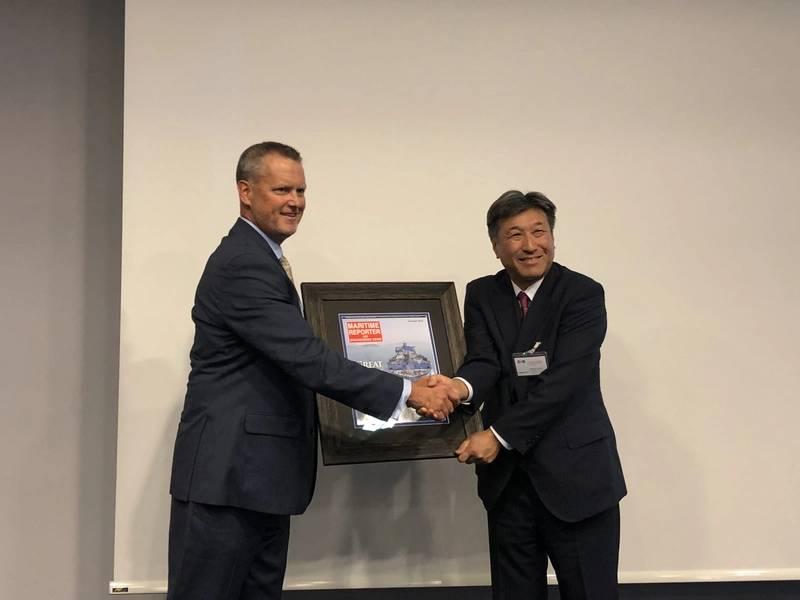 """Η υποδοχή JSMEA / Maritime Reporter την Τρίτη 4 Σεπτεμβρίου ήταν η ιδανική ευκαιρία να παρουσιαστεί ο Yoshikazu Kawagoe, επικεφαλής τεχνικός διευθυντής, Mistui OSK Lines, με πλαισιωμένη κάλυψη του χαρακτηριστικού κάλυψης του θαλάσσιου ρεπόρτερ το Δεκέμβριο του 2017, του FSRU Challenger του MOL, το έτος. """"(Φωτογραφία: Rob Howard)"""