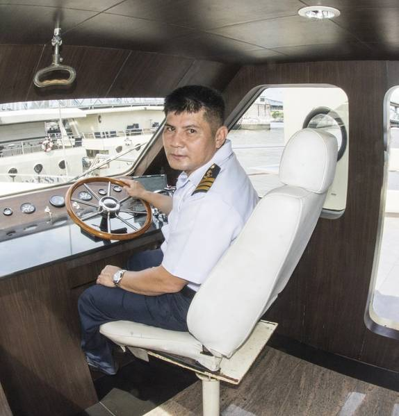 Для семи лодок есть восемь капитанов. Порт-капитан Митр поворачивается у руля. (Фото: Haig-Brown / Cummins Marine)
