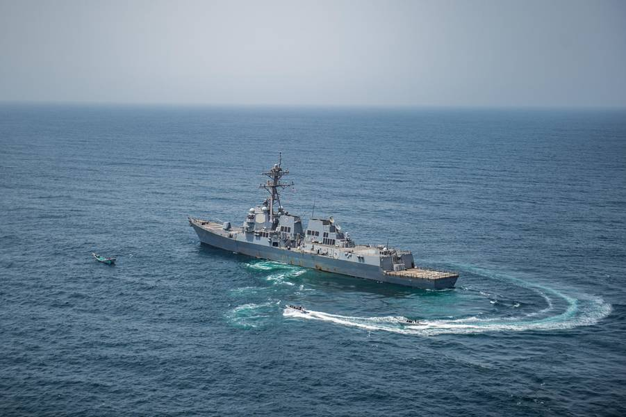 Команда по визиту, борту, поиску и изъятию из USS Джейсон Данхэм (DDG 109) подходит к лодке во время операций по обеспечению безопасности на море. (Фотография ВМС США Джонатана Клея)