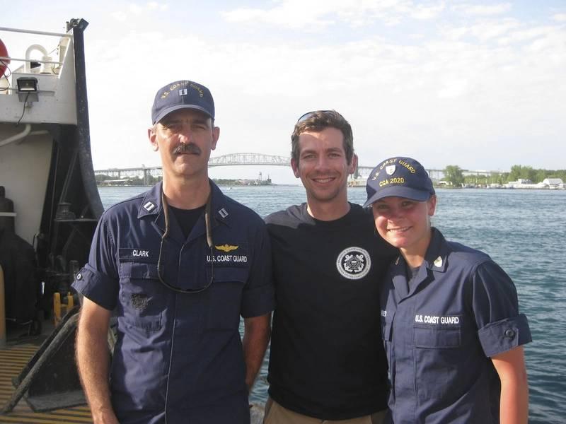 Команда проекта RDC позиционируется на USCGC Hollyhock после завершения испытания прототипа системы морских испытаний. Слева направо, Л. Т. Чарльз Кларк, Александр Бэлсли и Академия береговой охраны Кадет 2 / с Валери Хайнс.)