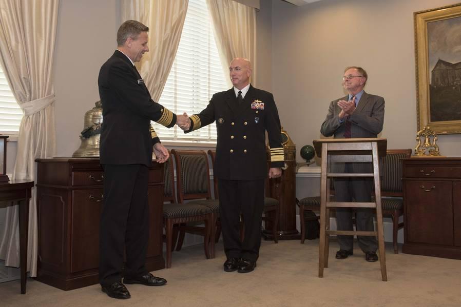Командир Южного командования США Курт У. Тидд по праву держится за руку с адм. Филом Дэвидсоном, командующим Индоокеанским командованием США, после передачи премии «Старая соль» во время церемонии в Пентагоне. Дэвидсон получил награду «Старая соль», спонсируемая Ассоциацией военно-морского флота (SNA), и получил самый длинный обслуживающий офицер, который является офицером наземной войны (SWO). (Фото ВМС США специалиста по массовой коммуникации 2-го класса Пол Л. Арчер / выпущено)
