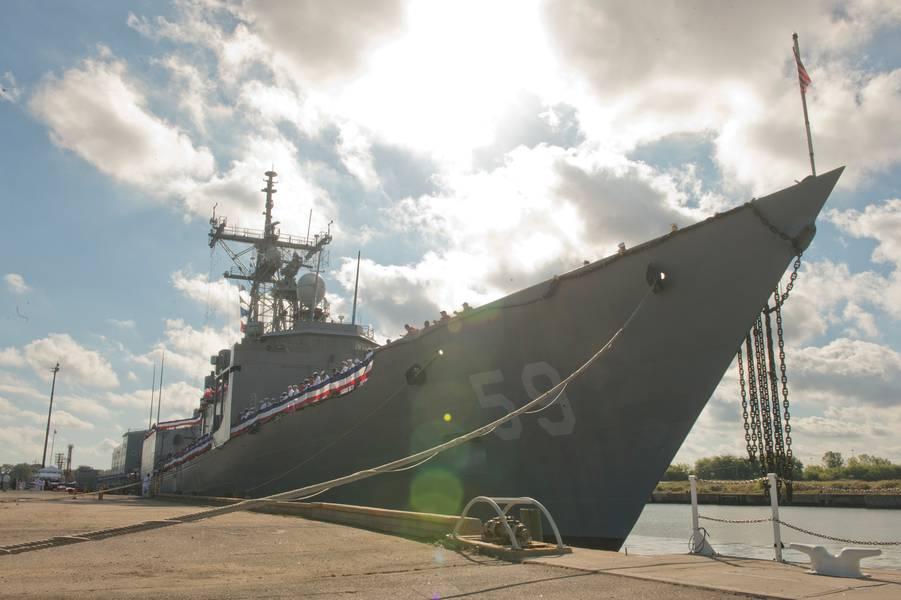 Планодержатели и экипаж фрегата с управляемыми ракетами USS Kauffman (FFG 59) управляют рельсами в рамках церемонии вывода из эксплуатации судна. Кауфман - окончательный оперативный фрегат класса Оливер Хазард-Перри для вывода из эксплуатации. Введена в эксплуатацию в 1982 году, у нее ожидаемый срок службы 20 лет, но она обслуживается более 30 лет. (Фото ВМС США специалиста по коммуникациям 2-го класса Шейн А. Джексон)