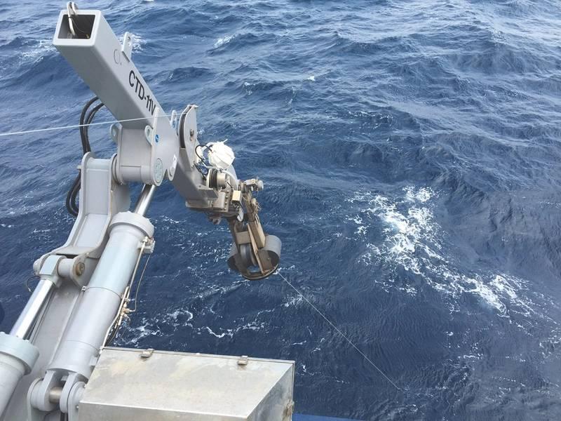 Союзный морской кран CTD-11V в действии, как часть «Океанографического» предложения Марке, на исследовательском судне ВМС США RV Sally Ride. (Фото: Росс Мюррей, Markey Machinery)