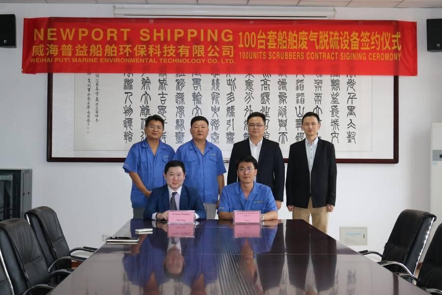 Торговый представитель Newport Shipping Рой Яп (сидящий слева) и генеральный менеджер Puyier Райан Гао подписывают соглашение о партнерстве по поставкам систем очистки выхлопных газов Puyier (Фото: Newport Shipping Group)