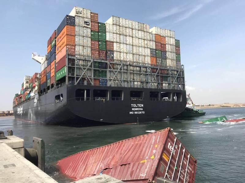 أضرار واضحة للحاويات على متن MV Tolten ، والتي قامت بتمرير حاويات الراسية MV Hamburg Bay في مرفأ كراتشي جنوب باكستان في وقت سابق من هذا الأسبوع (تصوير: حسن جان)