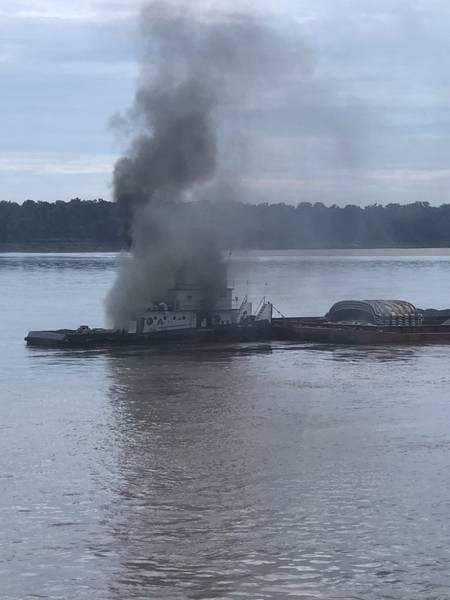 اشتعلت النيران في السفينة جاكوب كايل روستوفن بالقرب من نهر المسيسيبي بالقرب من ويست هيلينا ، في ولاية آرك ، في 12 سبتمبر. (صور خفر السواحل الأمريكي من قبل براندون جايلز)