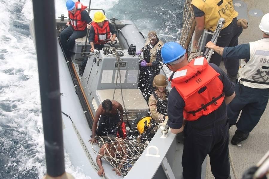 البحارة يجلبون صيادًا سريلانكيًا على متن المدمرة الصاروخية الموجهة من طراز Arleigh Burke من طراز USS Decatur (DDG 73) باستخدام قارب قابل للنفخ ذو هيكل صلب (RHIB) بعد توقف السفينة لتقديم المساعدة إلى سفينة صيد تقطعت بها السبل. (صورة للبحرية الأمريكية)