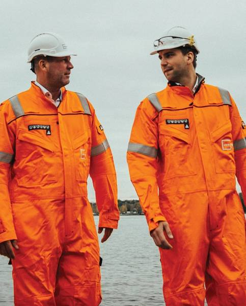 الرئيس التنفيذي لشركة Grieg Green و Petter A. Heier (يسار) ورئيس قسم إعادة التدوير Magnus Hammerstad (يمين) يتجولان في مرفق لإعادة تدوير السفن. الصورة الائتمان: غريغ الأخضر.