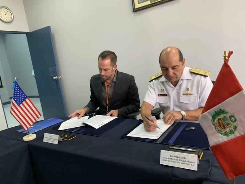 المدير التنفيذي لشركة Metal Shark ، كريس ألارد والمدير التنفيذي لـ SIMA-PERU ، الأدميرال خافيير برافو دي رويدا ديلغادو ، ينفذان اتفاقية الإنتاج المعدني Shark - SIMA-PERU في منشأة SIMA-PERU في كالاو ، بيرو.