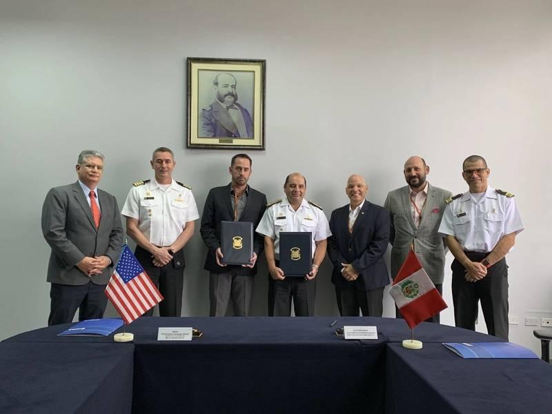 المدير التنفيذي لشركة Metal Shark كريس ألارد (الثالث من اليسار) ونائب رئيس تطوير الأعمال الدولية هنري إيزاري (الثالث من اليمين) مع المديرين التنفيذيين لـ SIMA-PERU في منشأة SIMA في Callao ، بيرو.