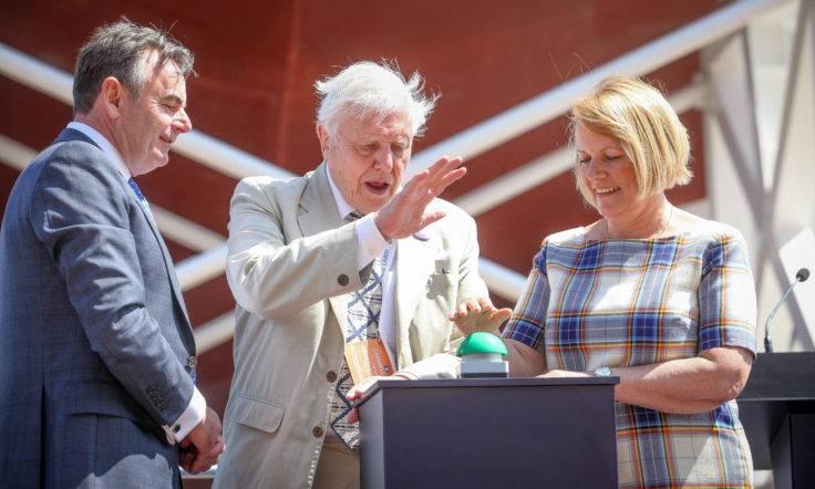 """من اليسار إلى اليمين: الرئيس التنفيذي لـ """"كاميل ليرد"""" جون سيفريت يشاهد السير ديفيد أتينبورو ومدير BAS البروفيسور داني جين فرانسيس يضغطان على زر الإطلاق. (الصورة: سيمون وليامز تالي)"""