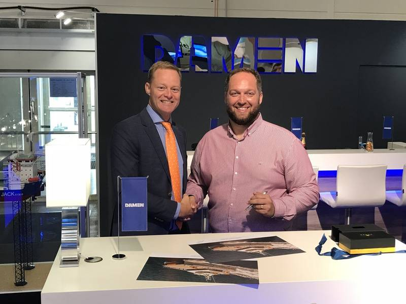 من اليسار إلى اليمين: Arjen van Elk ، مدير المبيعات ، Damen Shipyards Gorinchem ؛ وتوم نيفين ، المدير الإداري ، النقل السريع (الصورة: دامن)