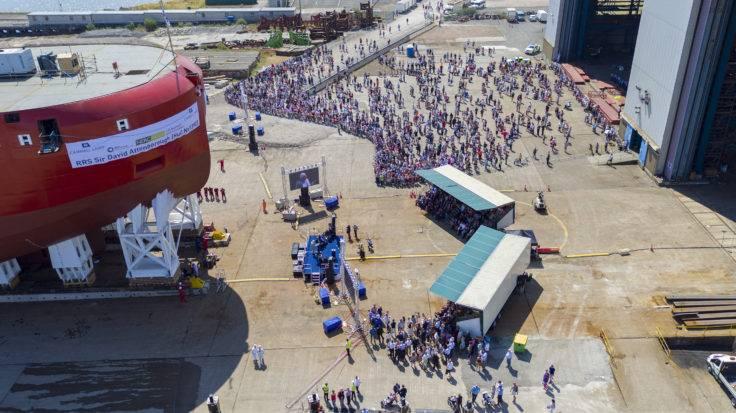 تجمع الآلاف ليشهدوا إطلاق سفينة RRS Sir David Attenborough في 14 يوليو. (الصورة: BAS)