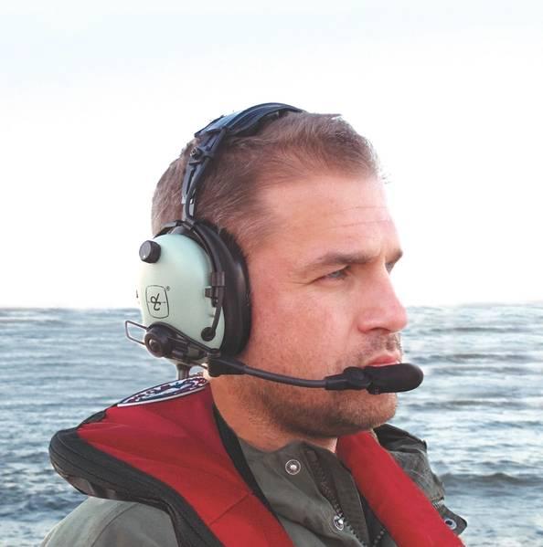 توفر السماعات الرقمية طراز David Clark Over-the-Head راحة فائقة وضوحًا واضحًا في نقل الصوت والصوت من أجل الاتصالات الموثوق بها بين أفراد الطاقم.