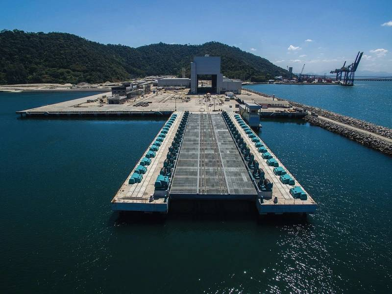 حوض بناء السفن ICN Naval مع مصعد غواصة في المقدمة. صورة مارينيا دو برازيل