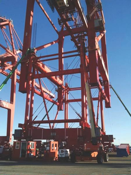 تم رفع رافعات حاويات Six ZPMC STS لشركة توتال تيرمينالز إنترناشونال في محطة لونج بيتش ، كاليفورنيا في الشركة باستخدام أنظمة النقل والرفع من Nordholm Rentals. (بإذن من Nordholm Rentals)