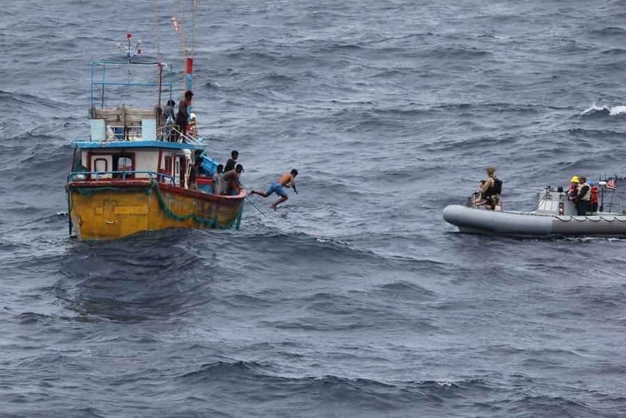 صياد سمك سريلانكي يقفز ويسبح إلى قارب قابل للنفخ في قارورة من مدمرة الصواريخ الموجهة من طراز Arleigh Burke USS Decatur (DDG 73) بعد توقف السفينة لتقديم المساعدة لسفينة صيد تقطعت بها السبل. (صورة للبحرية الأمريكية)