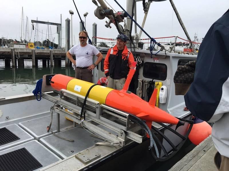 على متن سفينة الأبحاث ، فإن الروبوت المسح ثلاثي الأبعاد LRAUV جاهز لاختبار تشكيلته الجديدة. صورة من قبل خفر السواحل الامريكي.