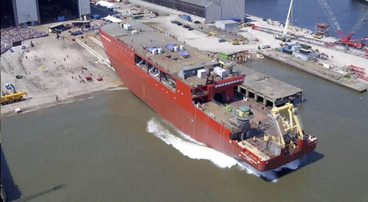 هيكل 10000 طن متري من RRS السير ديفيد Attenborough ينزلق في الماء (الصورة: BAS)