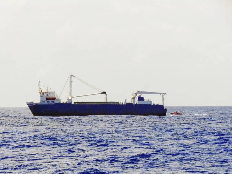 """وصول أفراد طاقم القارب الصغير التابع لحرس السواحل إلى """"ألتا"""" لإنقاذ طاقم سفينة الشحن الخاصة بالمعاقين في المحيط الأطلسي ، 7 أكتوبر / تشرين الأول. (صور خفر السواحل الأمريكي كريستوفر دوميتروفيتش)"""