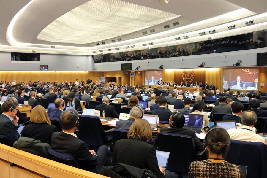 ووافقت المنظمة البحرية الدولية في منتصف أبريل على خفض انبعاثات الكربون من السفن بنسبة 50٪ على الأقل بحلول عام 2050 مقارنة بمستويات عام 2008. وكان اعتماد استراتيجية أولية بشأن الحد من انبعاثات غازات الدفيئة من السفن أحد البنود الرئيسية في جدول أعمال لجنة حماية البيئة البحرية التابعة للمنظمة البحرية الدولية (MEPC 72). الصورة: IMO