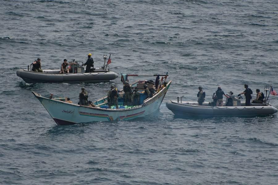يتفقد فريق زيارة ومجلس وبحث ومصادرة من USS Jason Dunham (DDG 109) مركب شراعي وجد أنه يحمل شحنة تضم أكثر من 1000 سلاح غير مشروع. (صورة البحرية الأمريكية من مات بودنر)