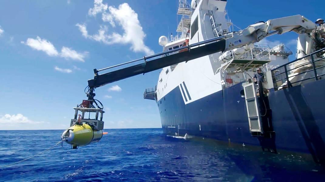 يتم خفض AUV في بحر الفلبين بحثًا عن USS Indianapolis. (بإذن من بول ج. ألين)