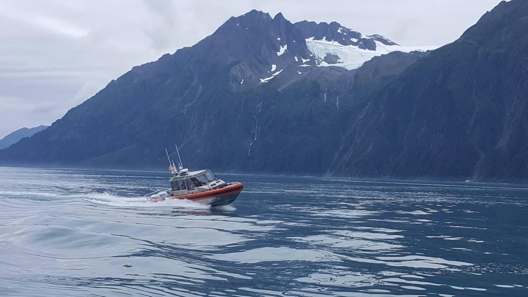 """يجري طاقم السفينة """"كوست ريسيرتش"""" ، الذي يبلغ طوله 29 قدمًا ، من محطة فالديز في ألاسكا ، تدريبات جارية بالقرب من فالديز في 18 أغسطس 2018 ، في قارب الاستجابة الجديد للمحطة. تم الحصول على القارب من قبل محطة 19 يونيو ، 2018. (صور خفر السواحل الامريكية من قبل محطة فالديز)"""
