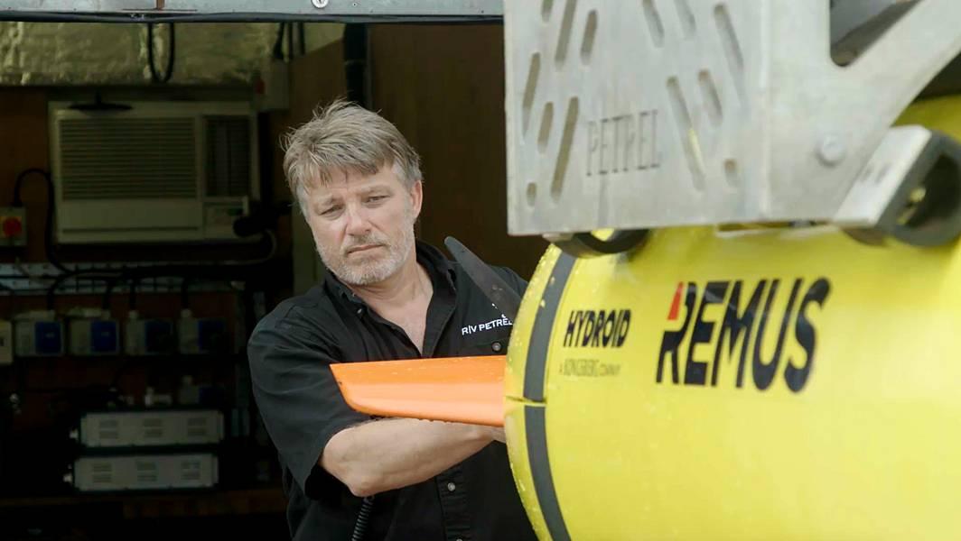 يستعد روبرت كرافت ، مدير شركة Subsea Ops في فولكان ، لنشر برنامج AUV بحثًا عن USS Indianapolis. (بإذن من بول ج. ألين)