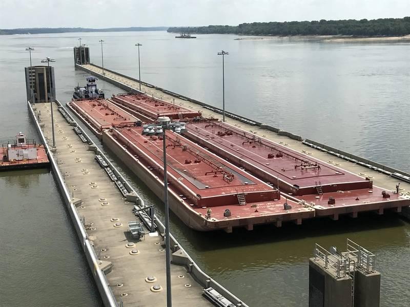 """يمر M / V Steve Golding عبر Olmsted Locks في أواخر شهر يوليو. وقد استُكمل أولمستيد ، الذي أطلق عليه بعض أصحاب المصلحة ، """"مشروع مانهاتن"""" للهندسة المدنية ، بتكلفة هائلة. (الائتمان: USACE)"""
