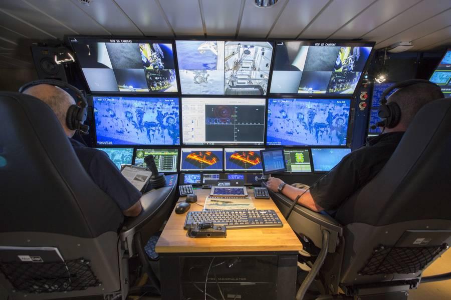 आरवी पेट्रेल पर आरओवी पायलट। Greensea के OPENSEA सिंक्रनाइज़ पायलट और सह-पायलट कुर्सियों के उपयोग को सक्षम बनाता है। (पॉल जी एलन की फोटो सौजन्य)