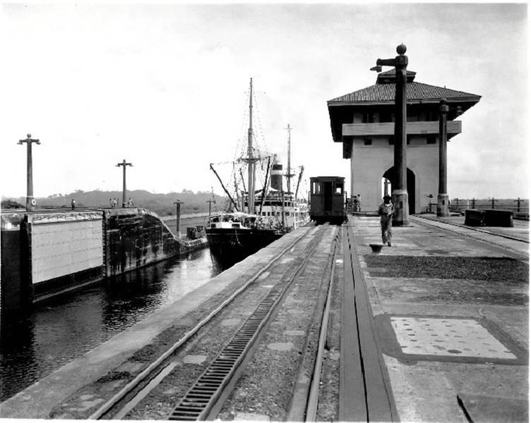 ग्रेस लाइन्स COLOMBIA पनामा नहर के पारगमन। स्रोत: यूएस मर्चेंट मरीन अकादमी समुद्री संग्रहालय।
