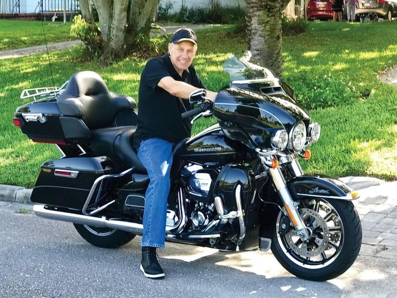 जंगली होने के लिए पैदा हुआ। टॉमस टिलबर्ग हर वीकेंड में अपनी तीसरी मोटरसाइकिल हार्ले डेविडसन की सवारी करते हैं। टॉमस टिलबर्ग की फोटो शिष्टाचार।