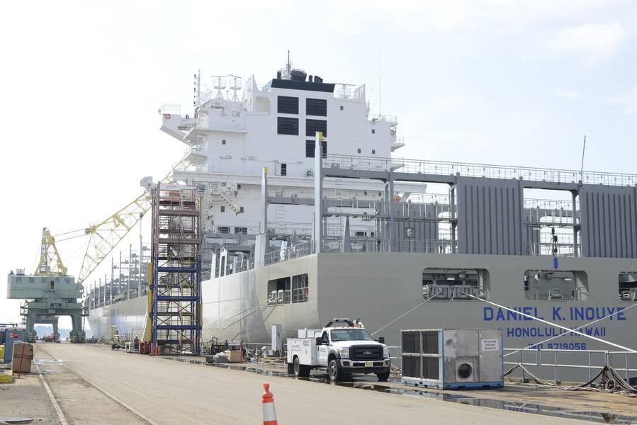 फिलाडेल्फिया शिपयार्ड्स में 850 फुट की कंटेनरशिप का निर्माण किया जाने वाला डैनियल के। इनौई, अमेरिका में निर्मित सबसे बड़ा कंटेनर पोत है, और यह समुद्री सुरक्षा क्षेत्र डेलावेयर खाड़ी के समुद्री जहाजों के समुद्री निरीक्षकों में से एक समुद्री सुरक्षा और सुरक्षा सुनिश्चित करने के लिए काम करता है। (सेठ जॉनसन द्वारा तटरक्षक फोटो)