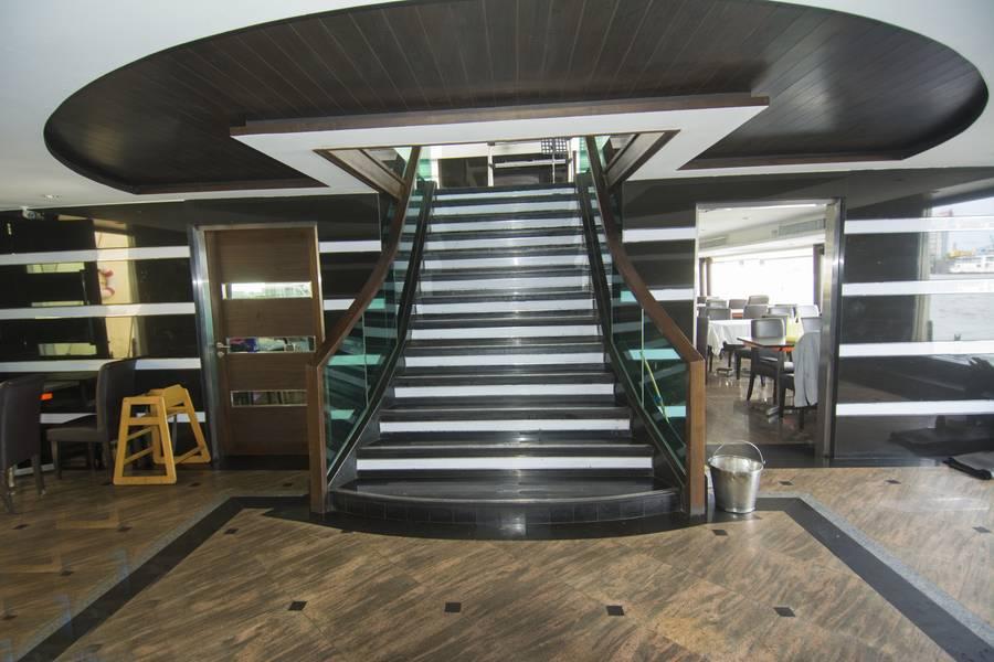 एक भव्य सीढ़ी ऊपरी और निचले यात्री डेक को जोड़ती है। (फोटो क्रेडिट: हैग-ब्राउन / कमिन्स समुद्री)