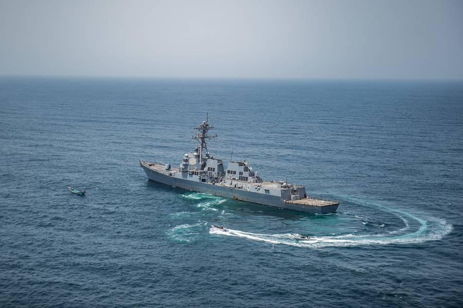 यूएसएस जेसन डनहम (डीडीजी 109) से एक यात्रा, बोर्ड, खोज और जब्त टीम समुद्री सुरक्षा परिचालन के दौरान एक स्कीफ पहुंचती है। (जोनाथन क्ले द्वारा अमेरिकी नौसेना फोटो)