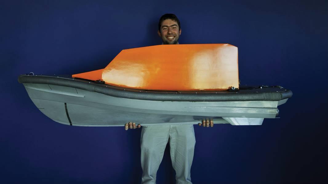 शैनन लाइफबोट की पतवार के अपने मॉडल के साथ नौसेना वास्तुकार पीटर आइरे। (फोटो: RNLI / निगेल मिलार्ड)