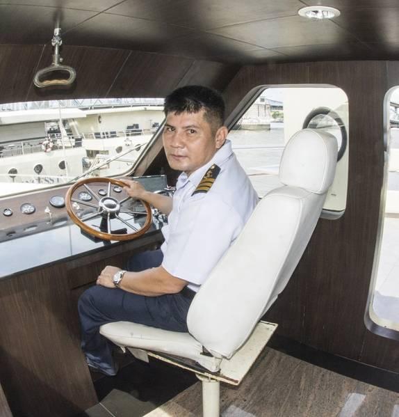 सात नौकाओं के लिए आठ कप्तान हैं। पोर्ट कप्तान मिटर हेलम पर एक मोड़ लेता है। (फोटो क्रेडिट: हैग-ब्राउन / कमिन्स समुद्री)