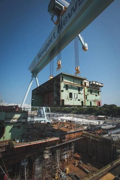 हाल ही में हैंगर बे और फ्लाइट डेक के बीच के पूर्व भाग को विमान वाहक जॉन एफ कैनेडी (सीवीएन 79) पर रखा गया था। 905-मीट्रिक टन इकाई सबसे भारी है जो जहाज के निर्माण के दौरान चली जाएगी। (एशले क्वान / HII द्वारा फोटो)