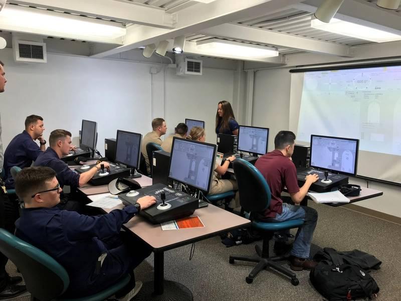テキサスA&M学生のKongsberg DPシミュレーション装置のトレーニング。 (CREDIT:TAMUG)