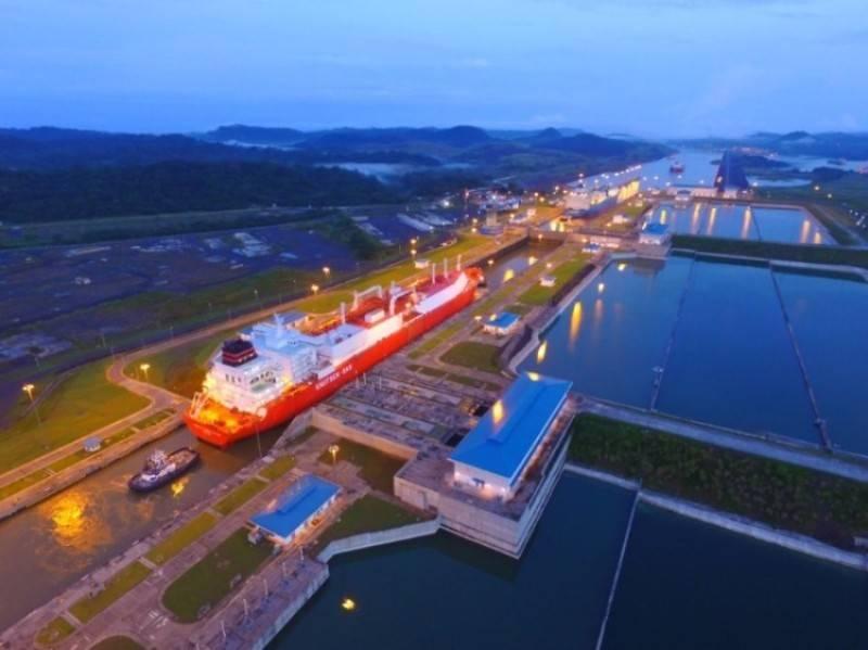 パナマ運河は、1日で4本のLNG船を輸送し、水路のための最初の標識となった。 (写真:パナマ運河局)