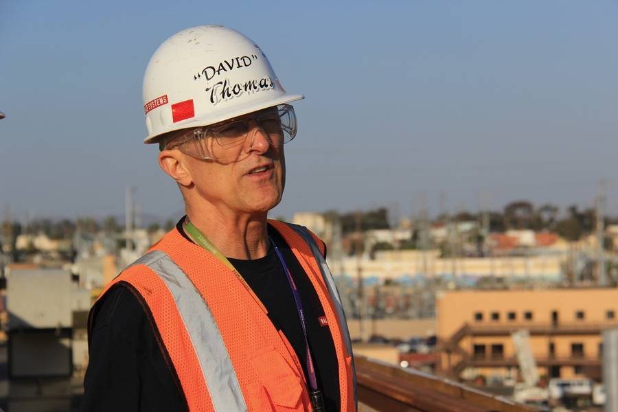 与David M. Thomas一对一,站在BAE系统圣地亚哥造船厂服务的两个干船坞之一的翼墙上。照片:BAE Systems / Maria McGregor
