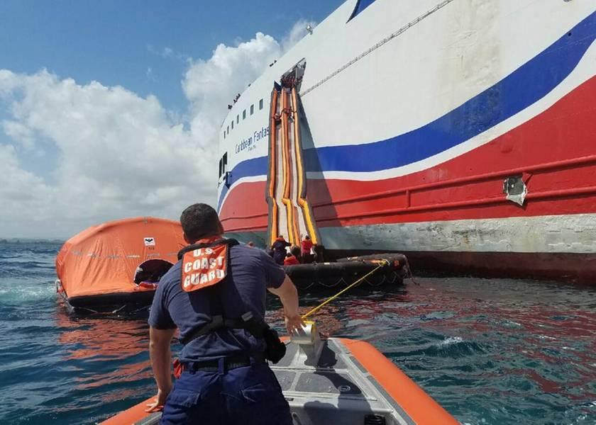 乗客はCaribbean Fantasyの海洋逃避システムを使用します。 511人の乗客と乗組員が船から救助された。 (米国海岸警備隊写真提供:Station San Juan、プエルトリコ)