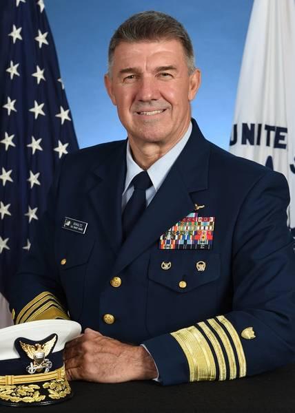 合衆国沿岸警備隊の第26司令官、カールL.シュルツ提督。